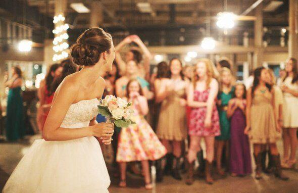 Lancio Bouquet Sposa.Chi Sara La Prossima Il Lancio Del Bouquet Bouquet Sposa Designer